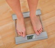 Низкий раздел веса женщины измеряя Стоковые Фото