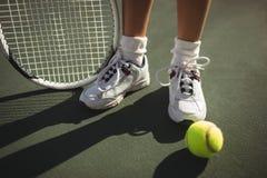 Низкий раздел девушки с ракеткой и bal тенниса Стоковое Изображение