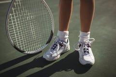 Низкий раздел девушки с ракеткой тенниса Стоковое фото RF