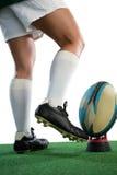 Низкий раздел женского игрока рэгби пиная шарик на тройнике Стоковое Изображение