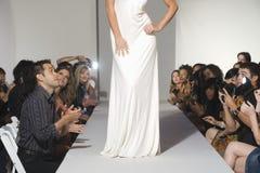 Низкий раздел женщины на подиуме моды Стоковая Фотография RF