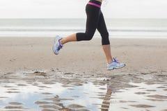 Низкий раздел здоровой женщины jogging на пляже Стоковое Изображение RF