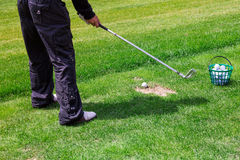 Низкий раздел игрока гольфа готовый для того чтобы ударить шарик Стоковая Фотография RF