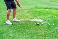Низкий раздел игрока гольфа готовый для того чтобы ударить шарик Стоковое Изображение RF