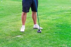 Низкий раздел игрока гольфа готовый для того чтобы ударить шарик Стоковые Фотографии RF