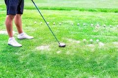 Низкий раздел игрока гольфа готовый для того чтобы ударить шарик Стоковое Фото