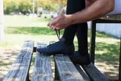 Низкий раздел игрока рэгби связывая ботинки на стенде Стоковое фото RF