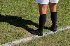 Низкий раздел игрока рэгби стоя на поле Стоковое Фото