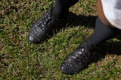 Низкий раздел игрока стоя на поле Стоковая Фотография