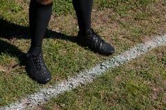 Низкий раздел линии разметки поля игрока рэгби готовя на поле Стоковые Фотографии RF