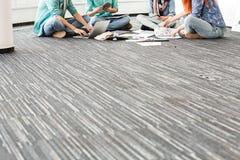 Низкий раздел предпринимателей работая на поле в творческом офисе Стоковая Фотография RF