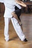 Низкий раздел танцоров танго выполняя в ресторане Стоковое фото RF
