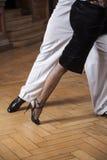 Низкий раздел танцоров танго выполняя на паркете Стоковая Фотография
