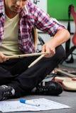 Низкий раздел человека практикуя с Drumsticks Стоковое Изображение RF