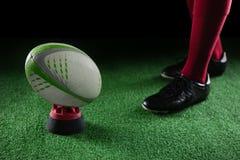 низкий раздел шарика рэгби игрока готовя на тройнике Стоковые Изображения