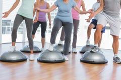 Низкий раздел людей делая тренировку фитнеса силы Стоковые Изображения RF