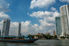 Низкий угол здания с передним планом шлюпки и красивой предпосылкой голубого неба стоковое фото rf