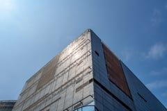 Низкий угол коммерчески предпосылки голубого неба ясности здания стоковые изображения rf