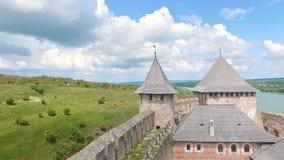 Низкий уровень летания вида с воздуха над стеной замка крепости Khotyn видеоматериал