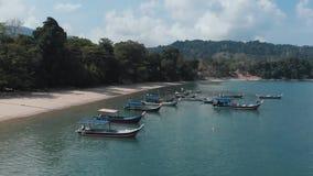 Низкий уровень летания трутня над причаленными шлюпками Langkawi, Малайзия акции видеоматериалы
