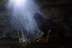 низкое ключевое изображение красивых ферзя/кроны короля и черной вороны период фантазии средневековый Селективный фокус Стоковые Фото