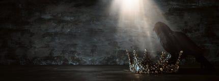 низкое ключевое изображение красивых ферзя/кроны короля и черной вороны период фантазии средневековый Селективный фокус стоковое изображение