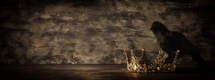низкое ключевое изображение красивых ферзя/кроны короля и черной вороны период фантазии средневековый Селективный фокус Стоковая Фотография