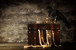 низкое ключевое изображение красивых ферзя/кроны короля и черной вороны период фантазии средневековый Селективный фокус Стоковое Изображение RF