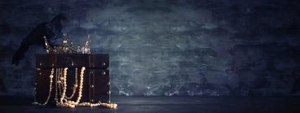 низкое ключевое изображение красивых ферзя/кроны короля и черной вороны период фантазии средневековый Селективный фокус Стоковое Фото