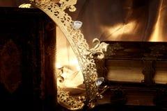 низкое ключевое изображение красивых ферзя/кроны короля на старой книге период фантазии средневековый Стоковые Изображения RF