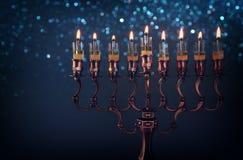 Низкое ключевое изображение еврейской предпосылки Хануки праздника стоковые фото