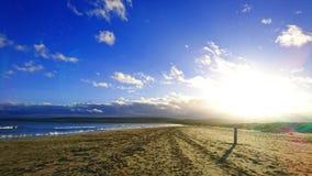 Низкое солнце зимы на пляже Studland в Дорсете Великобритании стоковая фотография
