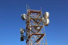 низкопробная голубая башня радиосвязей станции неба мобильного телефона Стоковые Изображения