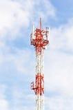 низкопробная голубая башня радиосвязей станции неба мобильного телефона Стоковые Фотографии RF