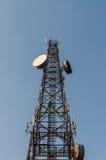 низкопробная голубая башня радиосвязей станции неба мобильного телефона Стоковое Изображение RF