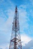 низкопробная голубая башня радиосвязей станции неба мобильного телефона Стоковое Изображение
