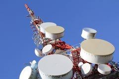 низкопробная голубая башня радиосвязей станции неба мобильного телефона Стоковое фото RF