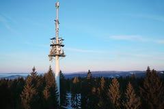низкопробная голубая башня радиосвязей станции неба мобильного телефона Стоковая Фотография