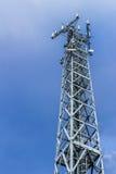 низкопробная голубая башня радиосвязей станции неба мобильного телефона Стоковая Фотография RF