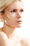 низкопробная косметика внимательности делает тон кожи вверх по выражению лица Стоковое Изображение RF