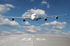Низкопроходный белого самолета Стоковое Фото