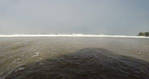 Низкоуровневый взгляд неба overcast океанских волн видеоматериал