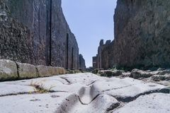 Низкоуровневый взгляд улицы в Помпеи, Италии Стоковые Фото