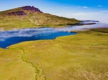 Низкоуровневый туман свертывает внутри на острове Skye стоковая фотография rf