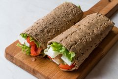 Низко- обруч диеты калории с сыром, томатами и салатом стоковое фото rf