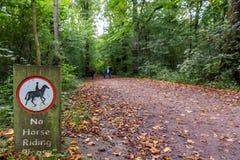Никакая верховая езда не подписывает внутри английский язык Forest Park стоковые фотографии rf