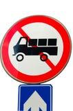 Никакой автомобиль и не идет прямой дорожный знак Стоковые Фотографии RF