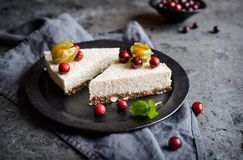 Никакой испеките югурт и торт кокоса с миндалиной, высушенными сливами и семенами chia crust Стоковое Изображение