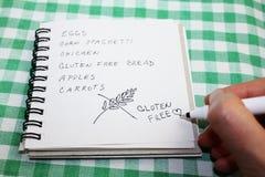 Никакой список покупок диеты клейковины с клейковиной сочинительства руки не освобождает Стоковое Изображение
