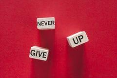 Никогда не дайте вверх мотивационное сообщение стоковые фото